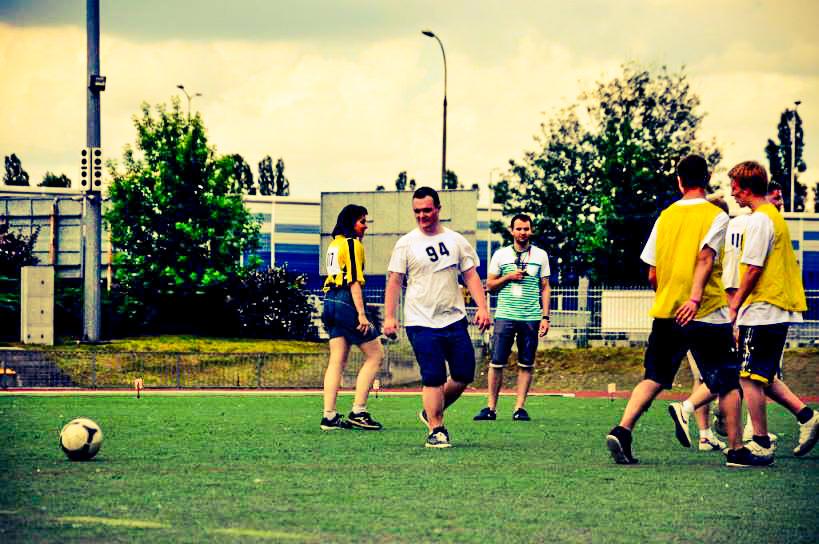 Uczestnicy WTZ na boisku piłkarskim